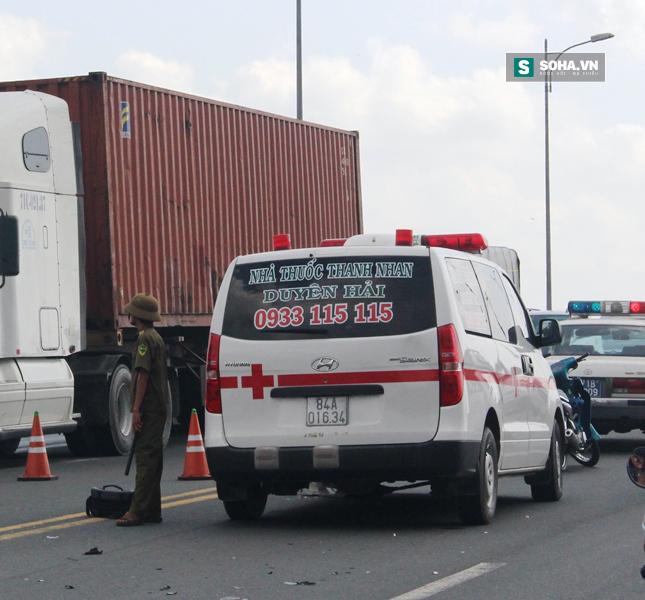 Va chạm với xe cứu thương ngã xuống đường, bị xe buýt cán tử vong - Ảnh 2.