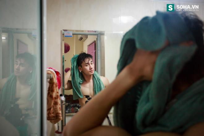 Cuộc sống khó tin của hot boy Việt: Ngày sửa điện thoại, tối làm vũ công nóng bỏng - Ảnh 13.