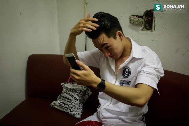 Cuộc sống khó tin của hot boy Việt: Ngày sửa điện thoại, tối làm vũ công nóng bỏng - Ảnh 20.