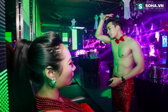 Cuộc sống khó tin của hot boy Việt: Ngày sửa điện thoại, tối làm vũ công nóng bỏng - Ảnh 22.