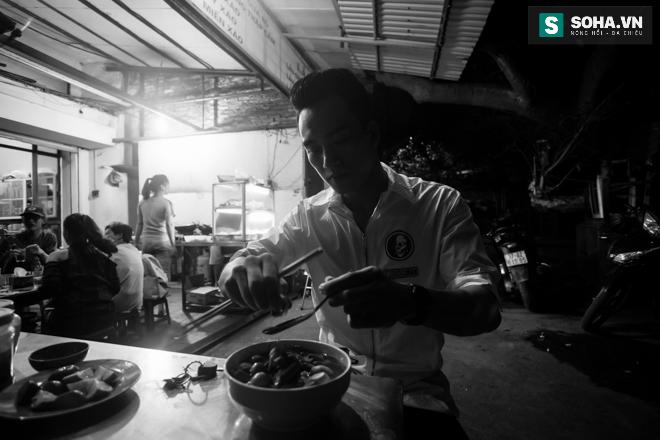 Cuộc sống khó tin của hot boy Việt: Ngày sửa điện thoại, tối làm vũ công nóng bỏng - Ảnh 30.