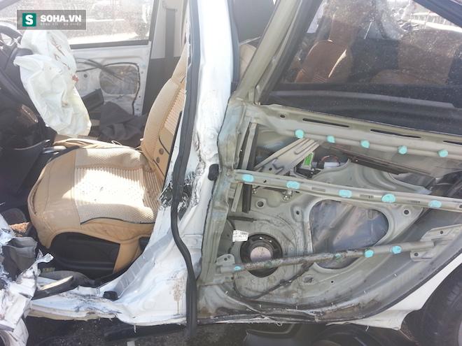 Người dân cạy cửa cứu tài xế trong chiếc xe con biến dạng - Ảnh 9.