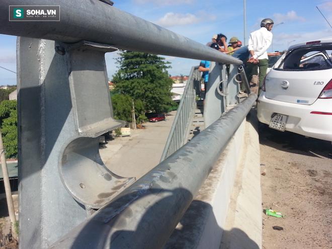 Người dân cạy cửa cứu tài xế trong chiếc xe con biến dạng - Ảnh 12.