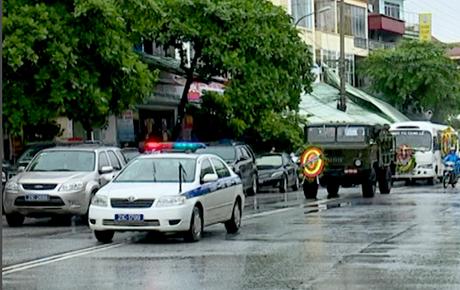 Tiễn đưa Bí thư, Chủ tịch HĐND tỉnh Yên Bái trong cơn mưa tầm tã - Ảnh 5.