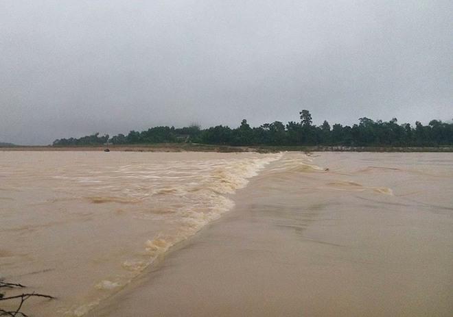 Hàng trăm nhà dân ở Hà Tĩnh bị ngập, hơn 30 nghìn học sinh phải nghỉ học - Ảnh 1.