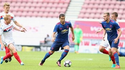 ĐIỂM NHẤN Wigan - Man United: Mkhitaryan là số 10 cổ điển. Bailly còn thô kệch nhưng rất tự tin - Ảnh 1.