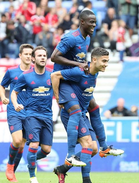 ĐIỂM NHẤN Wigan - Man United: Mkhitaryan là số 10 cổ điển. Bailly còn thô kệch nhưng rất tự tin - Ảnh 3.