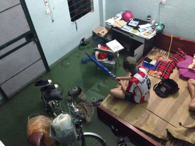 15 hình ảnh chìm trong biển nước sau mưa lớn ở TP HCM và Hà Nội - Ảnh 10.