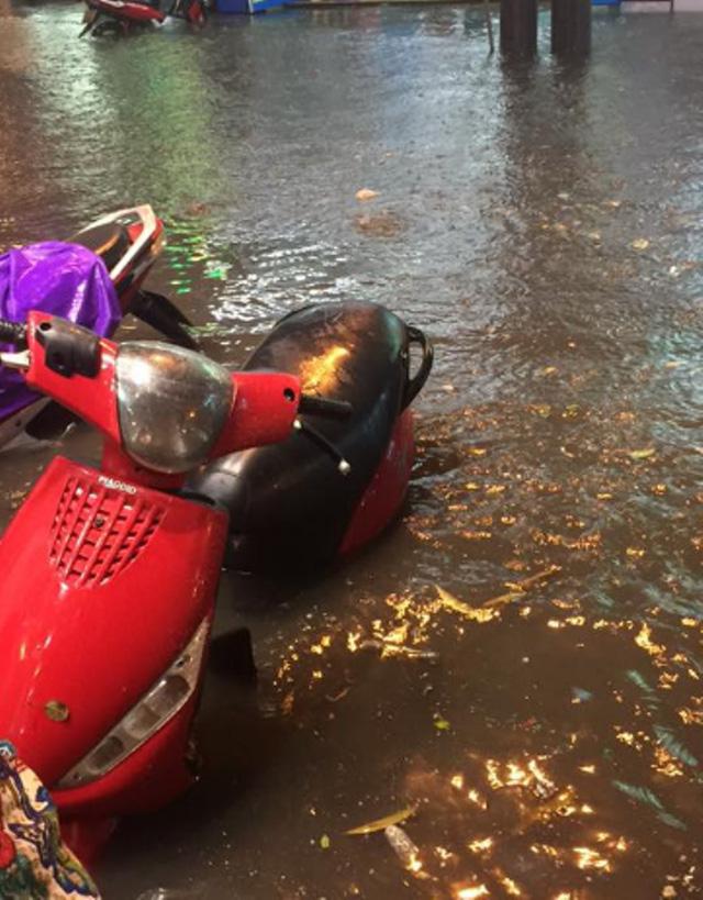 15 hình ảnh chìm trong biển nước sau mưa lớn ở TP HCM và Hà Nội - Ảnh 11.
