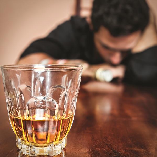 Nghiện rượu, người đàn ông đón ung thư rồi nằm chờ chết - Ảnh 1.