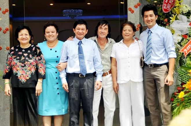 Cuộc sống ít người biết của bố mẹ ca sĩ Nguyễn Phi Hùng - Ảnh 2.