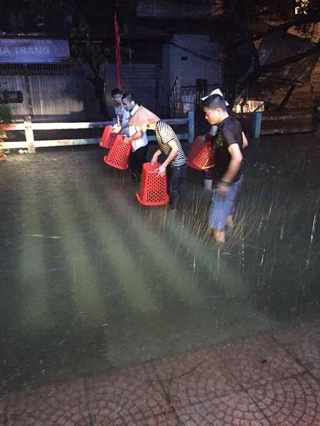 10 hình ảnh lạ trong trận ngập nặng ở Hà Nội - Ảnh 1.