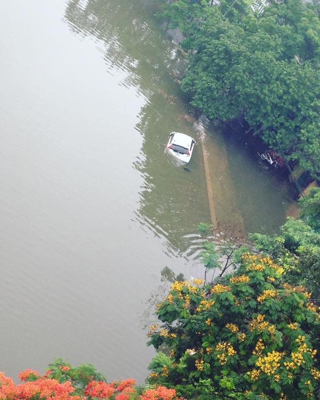 15 hình ảnh chìm trong biển nước sau mưa lớn ở TP HCM và Hà Nội - Ảnh 12.
