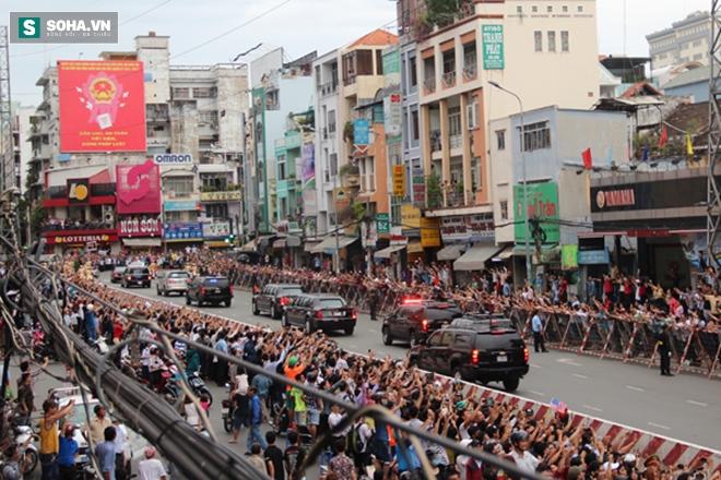 Người dân TP HCM hào hứng chào đón đoàn xe TT Mỹ Obama - Ảnh 14.