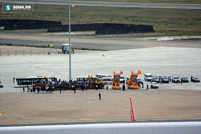 Người dân TP HCM hào hứng chào đón đoàn xe TT Mỹ Obama - Ảnh 2.