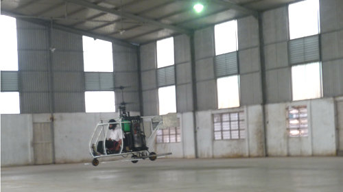 Trực thăng do ông Bùi Hiển tự chế tạo có thể bay treo - Ảnh 1.