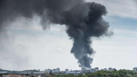 Kho hàng TTTM Đồng Xuân Berlin bốc cháy dữ dội  - Ảnh 1.