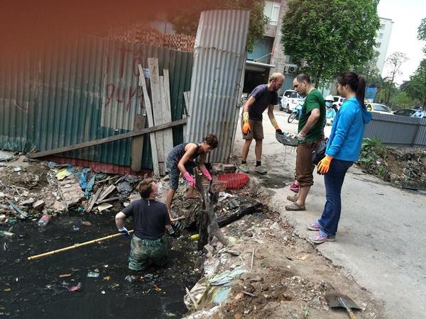 Nhìn trai Tây dọn rác ở Hà Nội: Đừng bắt tôi phải xấu hổ! - Ảnh 2.