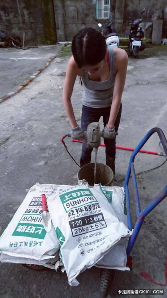 Hot girl phụ hồ khiến anh chàng nào cũng muốn làm thợ xây - Ảnh 1.