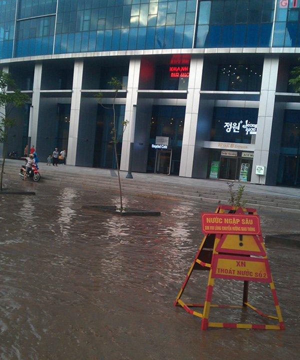 Biểu tượng hàng đầu châu Á trong vũng nước bẩn ở Hà Nội - Ảnh 3.