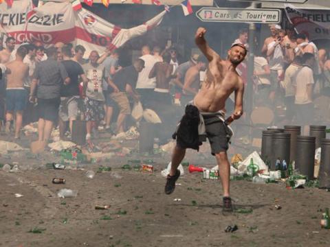 Chính trị gia Nga gây bão khi cổ súy cho hooligan ở EURO 2016 - Ảnh 1.