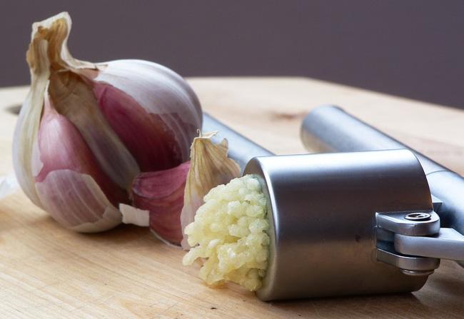 Giải mã tin đồn: ăn tỏi cùng với trứng gây nguy hiểm chết người - Ảnh 1.