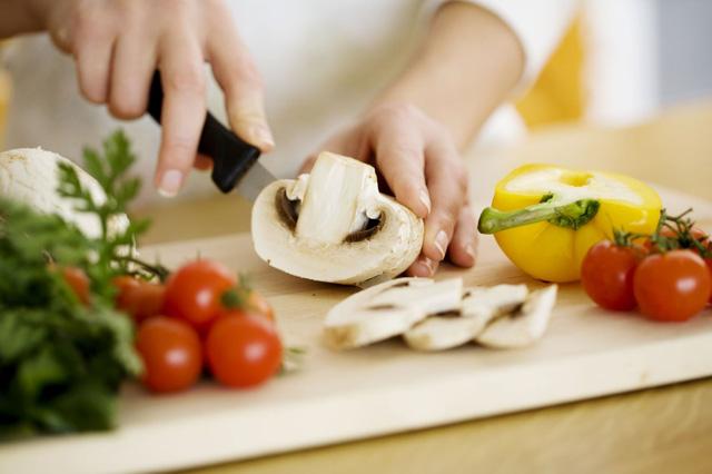 Về nhà ăn cơm với vợ giúp phái mạnh giảm nguy cơ mắc bệnh - Ảnh 1.