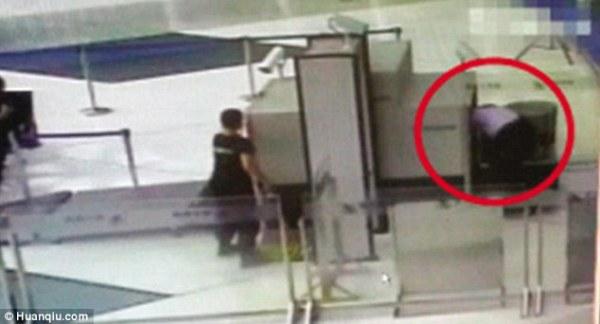 Không muốn đợi kiểm tra an ninh, người đàn ông chui luôn vào đường quét hành lý - Ảnh 1.