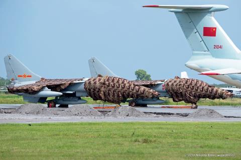 Su-24 đối diện với JH-7  - Ảnh 1.