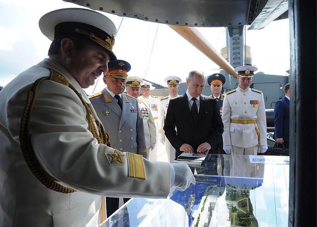ẢNH+VIDEO: Tổng thống Putin thăm chiến hạm Rạng Đông huyền thoại - Ảnh 4.