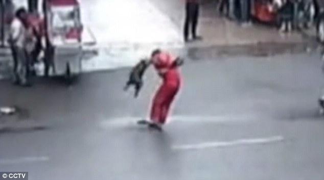 Trung Quốc: Chó điên làm loạn suốt 2 tiếng, tấn công hơn 20 người trên đường phố - Ảnh 2.