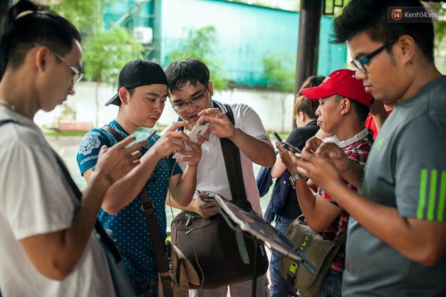 Chùm ảnh: Bạn trẻ Sài Gòn lập team, dàn trận trong công viên, ngoài phố đi bộ để săn Pokemon - Ảnh 1.