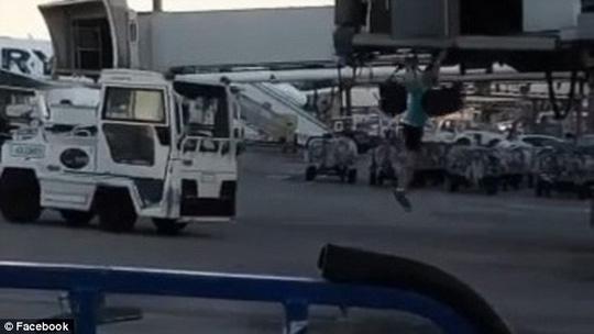 Nhỡ chuyến, hành khách lao ra đường băng chặn máy bay - Ảnh 1.