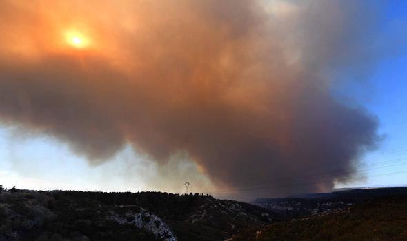 Cháy rừng ngoài tầm kiểm soát, Pháp sơ tán 10.000 dân - Ảnh 1.