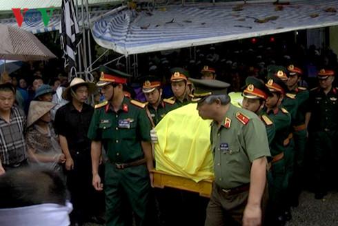 Tiễn đưa Bí thư, Chủ tịch HĐND tỉnh Yên Bái trong cơn mưa tầm tã - Ảnh 4.
