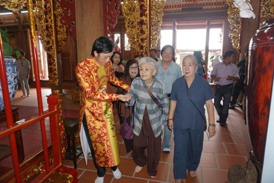 Sáng nay, nhà thờ tổ 100 tỉ của Hoài Linh mở cửa đón khách - Ảnh 1.