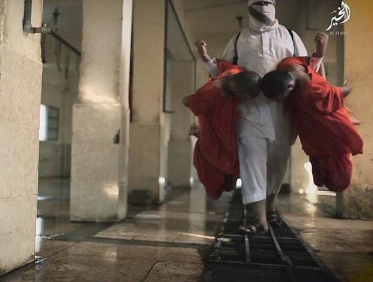 IS tung video giết mổ gián điệp Mỹ ghê rợn - Ảnh 1.