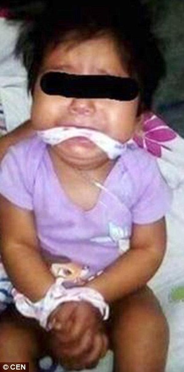 Bé gái 9 tháng bị bạn mẹ trói tay, nhét giẻ vào miệng cho... vui - Ảnh 2.