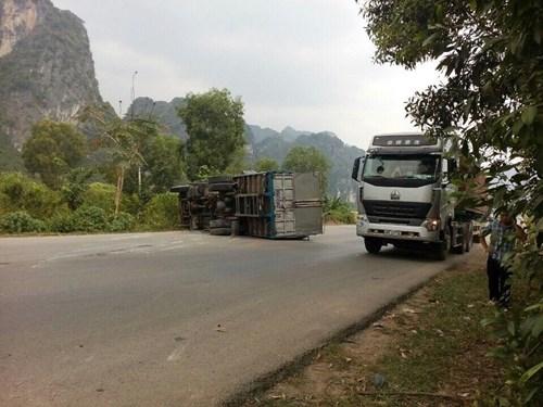 Xe tải lật nhào đổ ngang đường sau cú tông trời giáng - Ảnh 1.