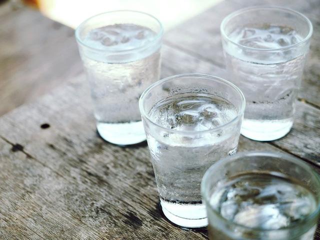Uống quá nhiều nước so với nhu cầu có thể gây hại, thậm chí dẫn đến tử vong - Ảnh 1.