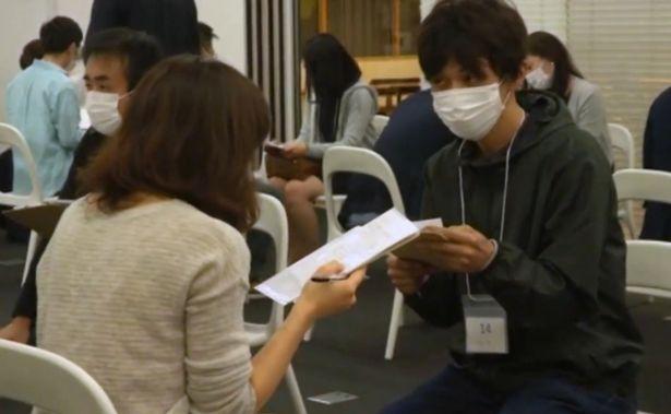 Trào lưu đeo khẩu trang đi hẹn hò cấp tốc nở rộ tại Nhật Bản - Ảnh 2.