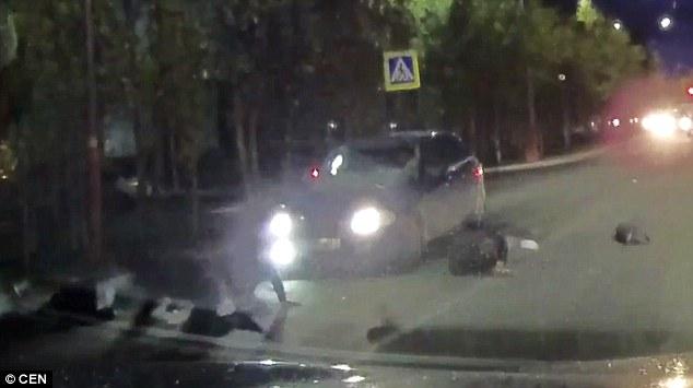 Màn đâm xe như phim hành động khiến người đi đường chết khiếp - Ảnh 2.