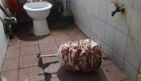 Rùng mình thịt nướng Doner Kebap đặt dưới nền nhà vệ sinh  - Ảnh 1.