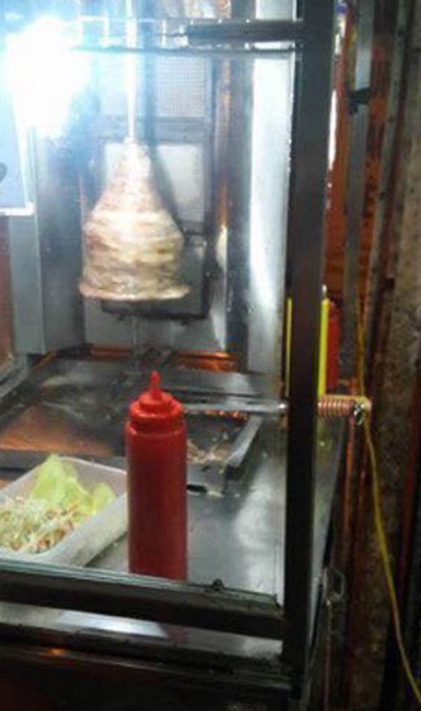Rùng mình thịt nướng Doner Kebap đặt dưới nền nhà vệ sinh  - Ảnh 2.
