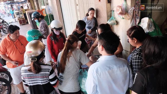 Vừa ăn vừa khóc với món xôi cay gần 50 năm luôn hút khách ở Sài Gòn - Ảnh 1.