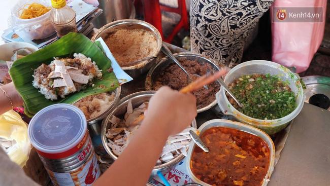 Vừa ăn vừa khóc với món xôi cay gần 50 năm luôn hút khách ở Sài Gòn - Ảnh 2.