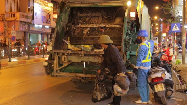 Xe rác cực thú vị ở Hà Nội: Đi đâu cũng bật nhạc Có sạch đẹp mãi được không tùy thuộc vào bạn - Ảnh 3.