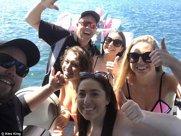 Đi câu mực, 2 ngư dân cứu được 4 thiếu nữ mặc bikini đang lênh đênh trên biển - Ảnh 1.
