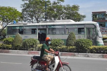 Xe buýt bất ngờ cháy ngùn ngụt, hàng chục hành khách hốt hoảng tháo chạy ở TP.HCM - Ảnh 1.