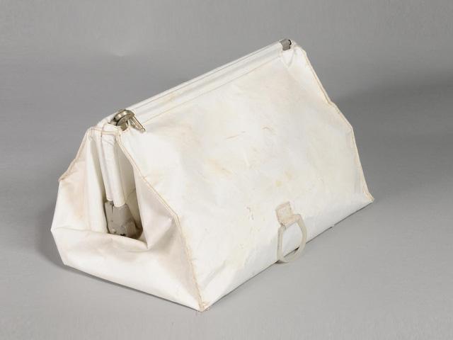 Bán nhầm chiếc túi báu vật quốc gia giá rẻ như cho, NASA khó có thể đòi lại được - Ảnh 2.